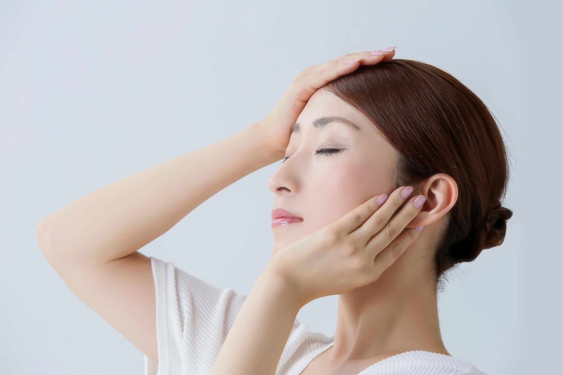 顔のエラが張る原因や、なくす方法をご紹介します!