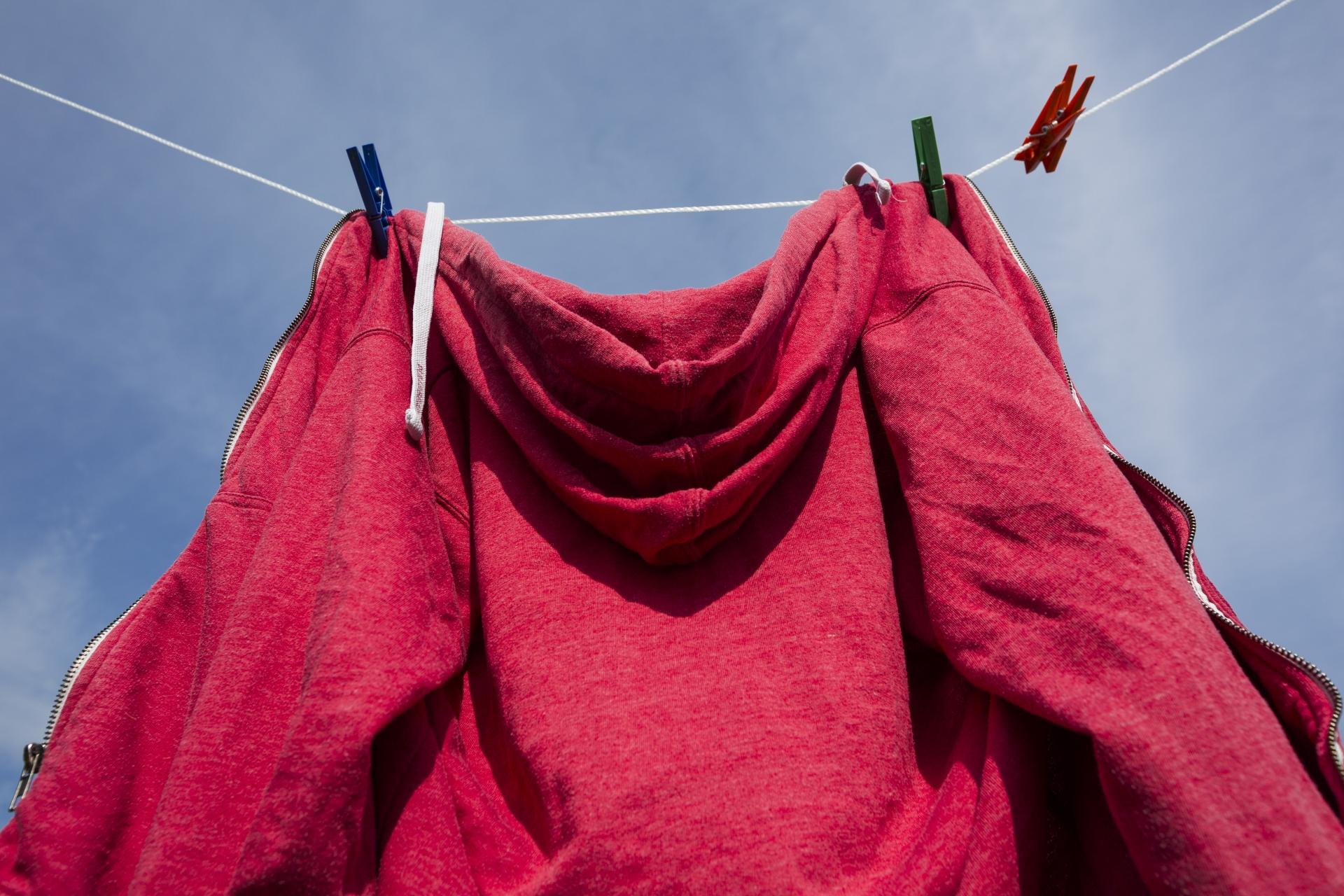パーカーを洗濯すると伸びる?正しい洗い方と干し方をご紹介!