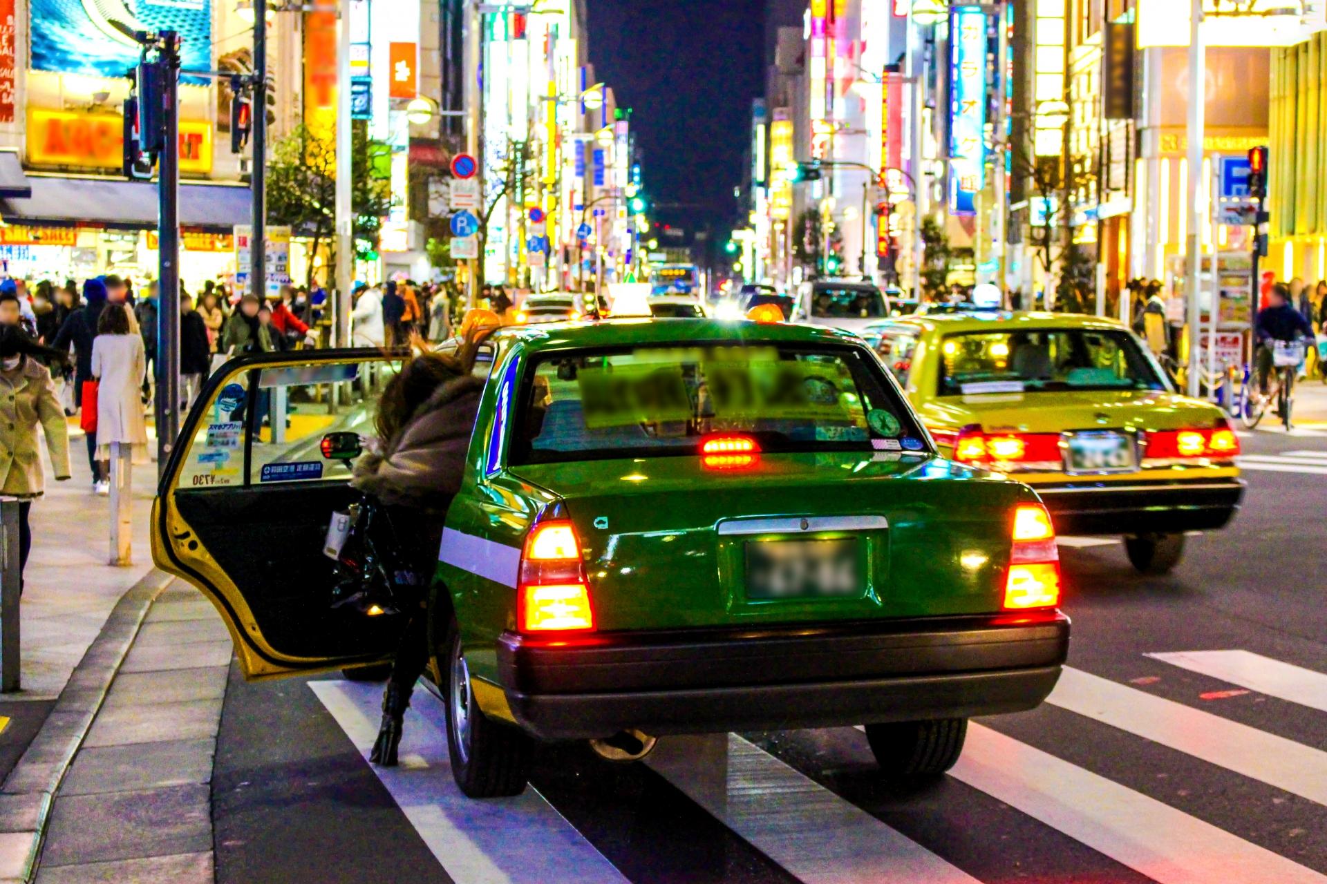 タクシーの行灯が赤く点灯していた!その意味と取るべき行動