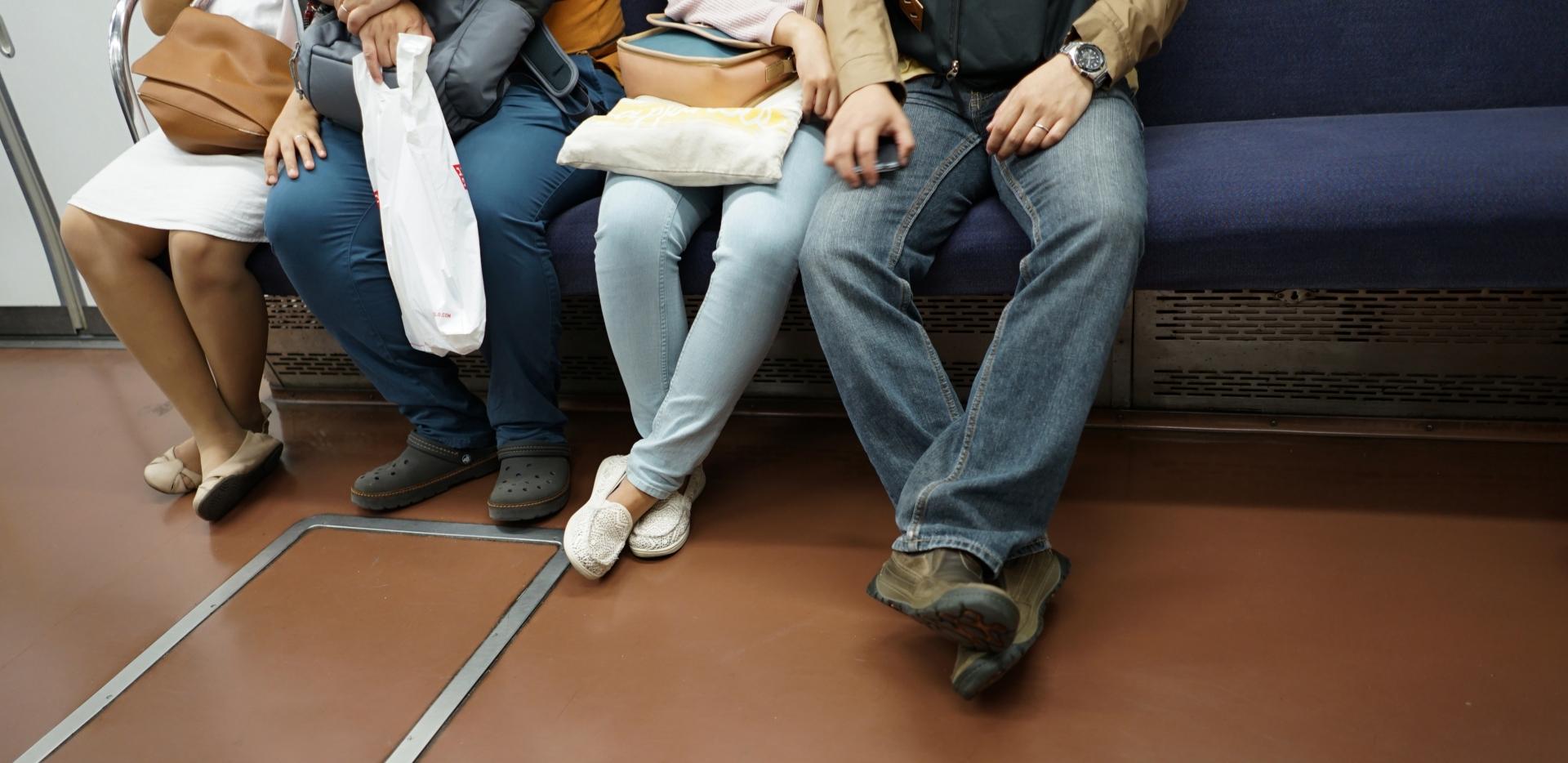 電車で変な人に絡まれた時の、効果的な対処方法