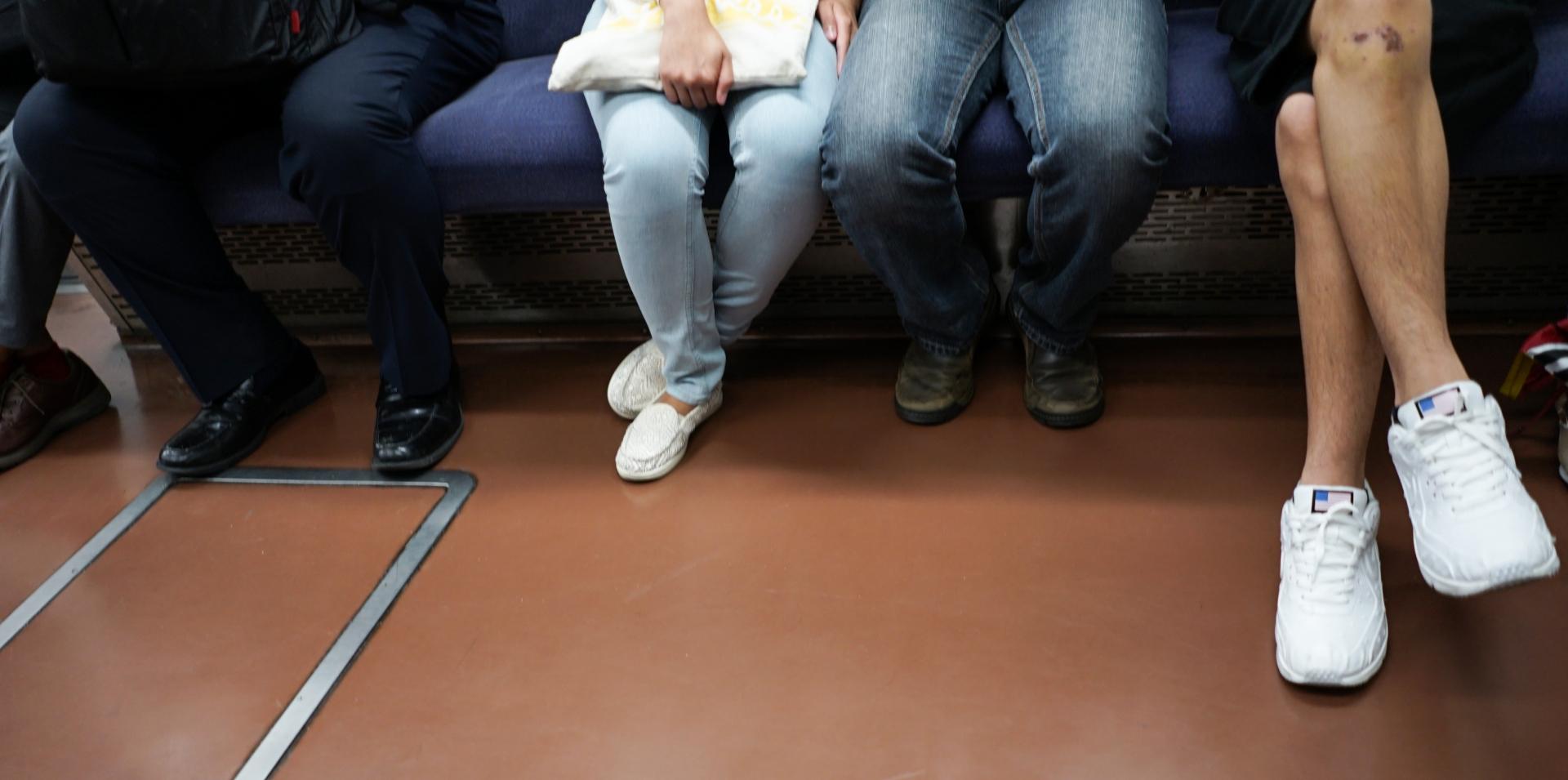 電車でカバンはどうしてる?邪魔になるカバンの対処方法